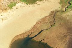 Extremer heißer Sommer und Boden trockneten durch die Sonne Lizenzfreies Stockbild