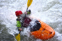 Extremer Kayak fahrender Fluss stockfoto