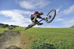 Extremer radfahrender Sprung Stockfoto