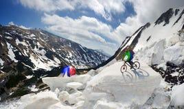 Extremer Radfahrer und Berg, die in das icefall radfährt Stockfoto