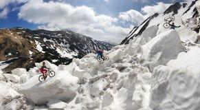 Extremer Radfahrer und Berg, die in das icefall radfährt Stockfotos