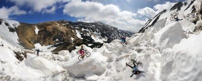 Extremer Radfahrer und Berg, die in das icefall radfährt Lizenzfreie Stockbilder