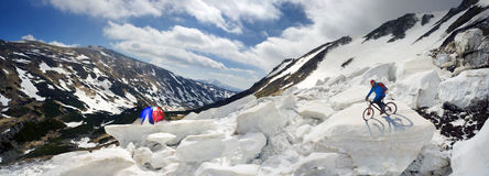 Extremer Radfahrer und Berg, die in das icefall radfährt Lizenzfreies Stockbild