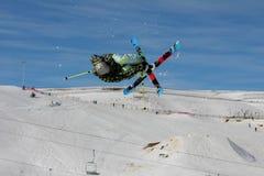 Extremer Schnee-Skifahrer im Flug Lizenzfreie Stockfotos
