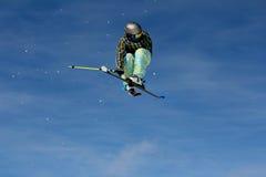 Extremer Schnee-Skifahrer im Flug 2 Stockfoto