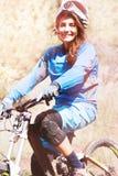 Extremer Sportradfahrer der jungen Frau Lizenzfreies Stockfoto