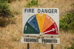 Extremes Feuer-Warnschild - keine Feuerwerke stockfotos