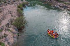 Extremes Flößen auf dem schnellen Fluss auf einem aufblasbaren gelben Kajak stockfoto