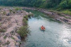 Extremes Flößen auf dem schnellen Fluss auf einem aufblasbaren gelben Kajak stockbilder