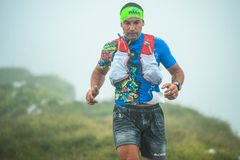 Extremes Gebirgsrennwettbewerb skymarathon Nahaufnahme von downhi stockfoto