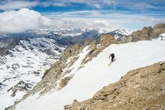 Extremes Skifahren in der szenischen alpinen Landschaft Lizenzfreies Stockfoto