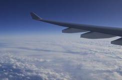 Extremidad de ala - un vuelo comercial se eleva sobre un cielo del Caribe nublado Fotografía de archivo