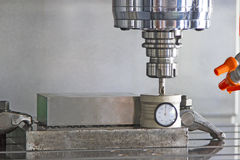Extremidad de la herramienta de regulación del centro de mecanización del CNC después de cortar el metal Fotos de archivo