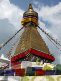 Extremidad del templo de Boudhanath con las banderas del rezo Fotos de archivo libres de regalías
