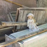 Extremidade da boneca velha da vida abandonada no lixo fotos de stock