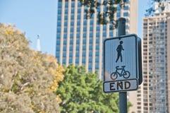 A extremidade da maneira e da bicicleta da caminhada compartilhou do tráfego da zona assina dentro foto de stock