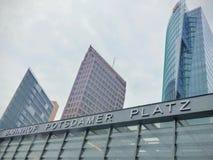 Extremidade da torre famosa moderna alta de três construções do platz de Postdamer a Berlim, Alemanha imagens de stock
