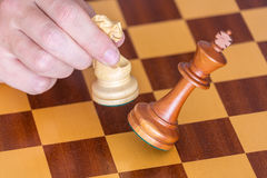 A extremidade de um jogo de xadrez um jogador ganha o rei com cavaleiro Fotos de Stock