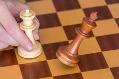 A extremidade de um jogo de xadrez um jogador ganha o rei com rainha Imagem de Stock Royalty Free