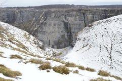 Extremidade do rio imediatamente antes da queda ao salto do rio Nervion nevado A natureza ajardina a neve Imagens de Stock