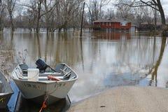 Extremidades da estrada nas águas da inundação Imagens de Stock Royalty Free