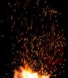 Extremidades de la llama del fuego de la herrería con el primer de las chispas Foto de archivo libre de regalías