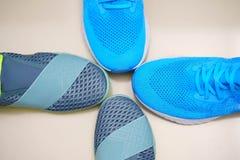 Extremidades del deporte o de zapatillas deportivas en topview imagenes de archivo