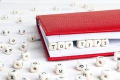 Extremidades del top de la frase escritas en bloques de madera en cuaderno rojo en pizca Imagenes de archivo
