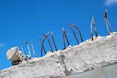 Extremidades oxidadas dos rebars de aço que colam fora do bloco de cimento Fotos de Stock