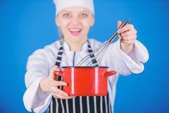 Extremidades y trucos de la nata montada Batidor y pote profesionales del control del cocinero de la mujer Comience lentamente a  foto de archivo libre de regalías