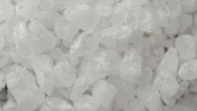 Extremo cercano para arriba de los cristales de la sal del mar que giran metrajes