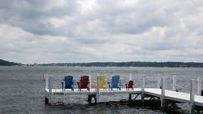 Extremo de cubierta de las sillas del verano vacío de la señal Imagen de archivo