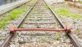 extremo de la vía con un ferrocarril del tren Imagen de archivo libre de regalías