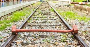 extremo de la vía con un ferrocarril del tren Fotos de archivo