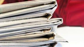 Extremo de los periódicos en espacio del texto del espacio foto de archivo