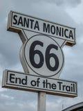 Extremo de Route 66 de la señal del rastro en Santa Monica Imagenes de archivo