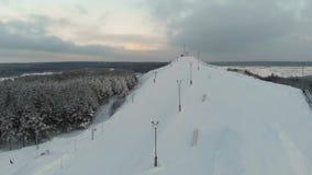 Extremo del invierno de la visión aérea en casa de campo del esquí El top de la estación de esquí Tapa de la montaña 4K almacen de video