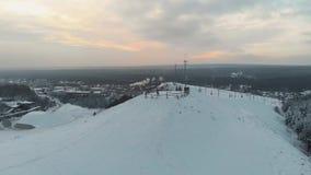 Extremo del invierno de la visión aérea en casa de campo del esquí El top de la estación de esquí Tapa de la montaña 4K metrajes