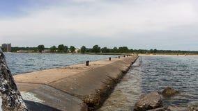 Extremo del rompeolas Waukegan Illinois que mira de nuevo a orilla almacen de metraje de vídeo