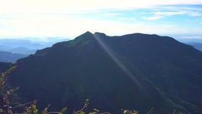 Extremo del ` s del mundo en Horton Plains, Sri Lanka Cacerola horizontal almacen de metraje de vídeo