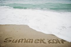 Extremo del verano 2017 El Año Nuevo 2018 es concepto que viene Mar y arena Fotos de archivo libres de regalías