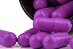 Extremo próximo acima de cápsulas roxas genéricas da medicina do suplemento Imagem de Stock Royalty Free
