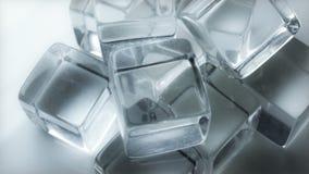 Extremo próximo acima de cubos de gelo de giro lentos vídeos de arquivo