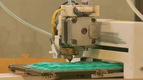 Extremo próximo acima de uma impressora 3D na operação em um laboratório coworking do fabricante-espaço filme