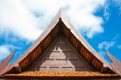 Extremo triangular de un tejado, aguilón tailandés tradicional del estilo en el ro Foto de archivo libre de regalías