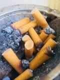 Extremos de cigarrillo en bandeja de cenizas Fotografía de archivo libre de regalías