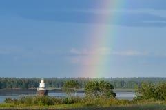 Extremos del arco iris por el faro en Maine Imagen de archivo