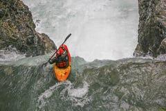 Extremsport que kayaking no vale de Riss fotos de stock