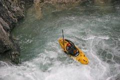 Extremsport que kayaking no vale de Riss fotos de stock royalty free