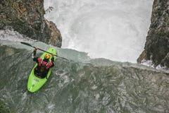 Extremsport que kayaking no vale de Riss imagens de stock